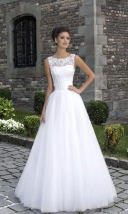 Свадебное платье А-силуэта с многослойной юбкой и кружевным декором открытого корсета.