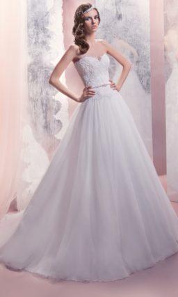 Классическое свадебное платье с многослойной юбкой «принцесса» и кружевным корсетом с поясом.