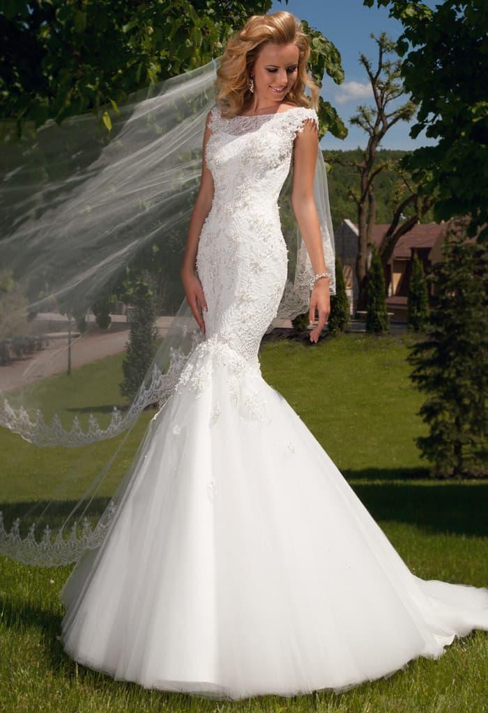 Закрытое свадебное платье с пышной юбкой силуэта «рыбка» со шлейфом и фактурным верхом.