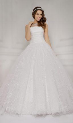 Пышное свадебное платье с бантами на спинке и кружевной многослойной юбкой.