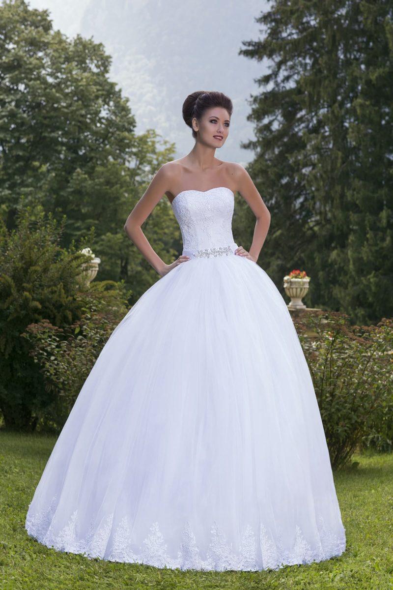 Свадебное платье пышного силуэта с кружевным корсетом и бисерной отделкой пояса.