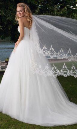 Роскошное свадебное платье с пышной юбкой со шлейфом и изысканной вышивкой на лифе.