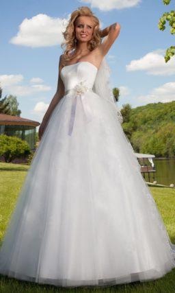 Пышное свадебное платье в элегантном стиле с открытым корсетом и атласным поясом.