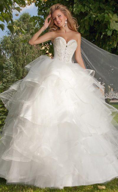 Великолепное свадебное платье с пышной многослойной юбкой и открытым корсетом с вышивкой.
