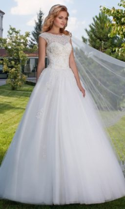Пышное свадебное платье с ажурным верхом и вырезом «замочная скважина» сзади.