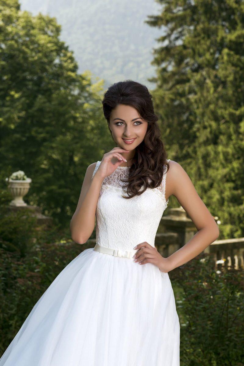 Свадебное платье с многослойной юбкой и элегантной отделкой корсета ажурной тканью.