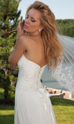 Прямое свадебное платье с открытым лифом в форме сердца и вышивкой на линии талии.