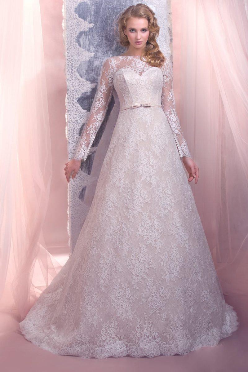 Свадебное платье силуэта «принцесса», по всей длине покрытое кружевом и дополненное узким поясом.