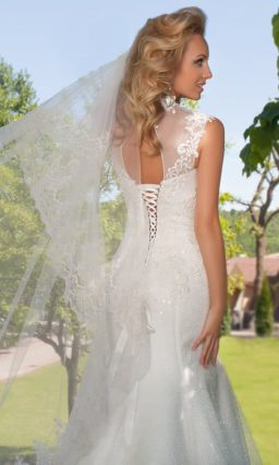 Прямое свадебное платье с закрытым верхом, украшенным кружевными аппликациями.