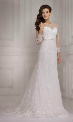 Прямое свадебное платье с длинным рукавом и нежной ажурной отделкой по всей длине.