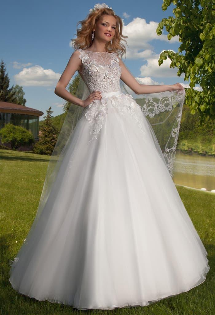 Роскошное свадебное платье А-силуэта с глянцевым фактурным декором по корсету.