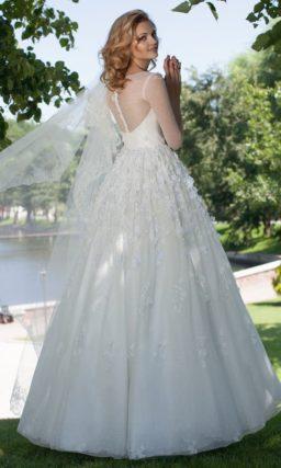 Пышное свадебное платье с рукавами длиной в три четверти и плотными аппликациями на лифе.
