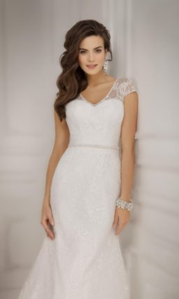 Прямое свадебное платье с широкими ажурными бретелями и тонким бисерным поясом.