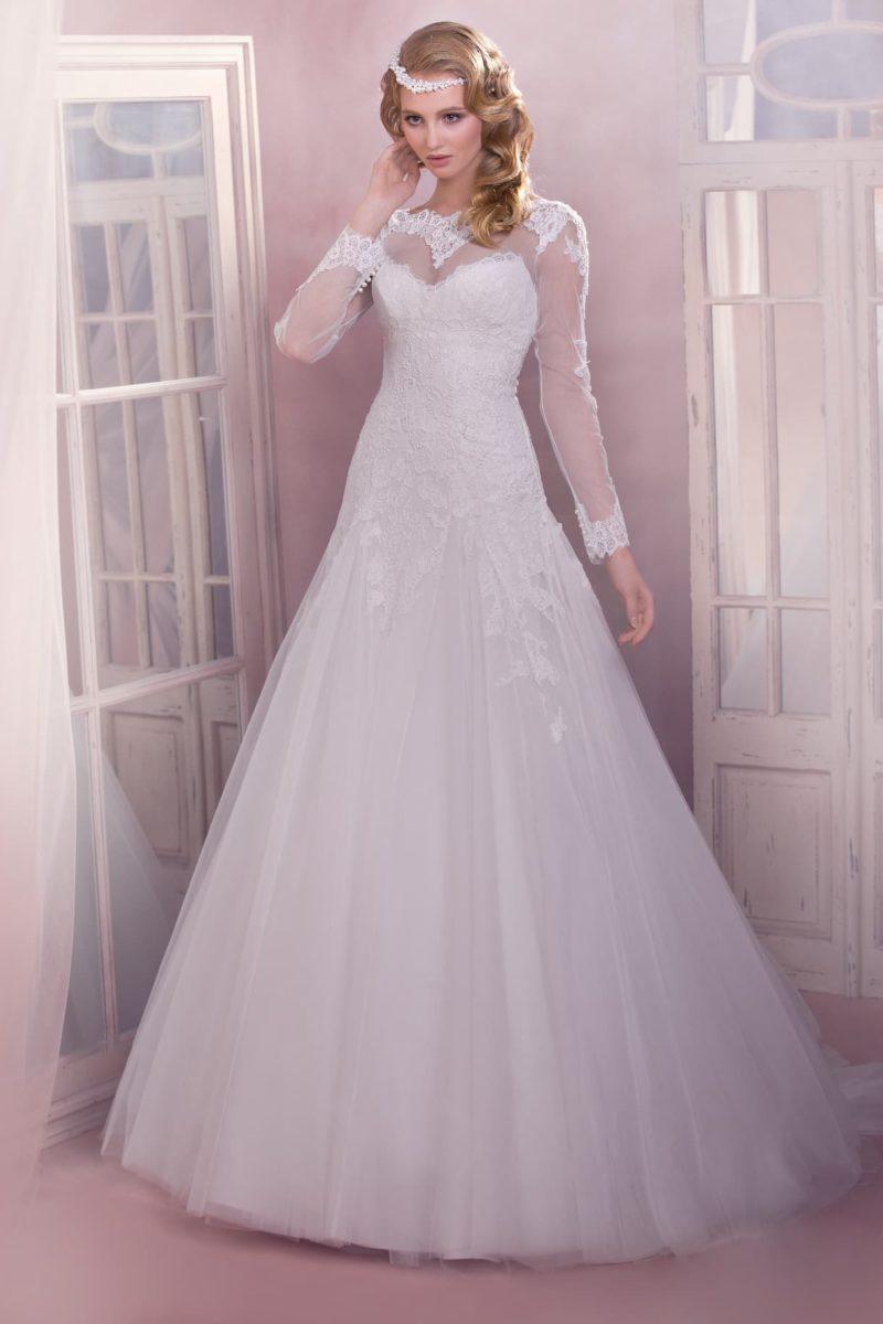 Закрытое свадебное платье А-силуэта с длинным рукавом и кружевным декором на лифе.