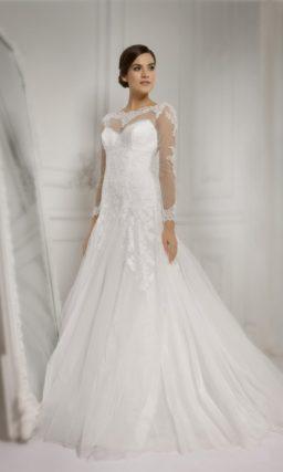 Свадебное платье с юбкой А-силуэта со шлейфом и длинными рукавами с кружевным декором.