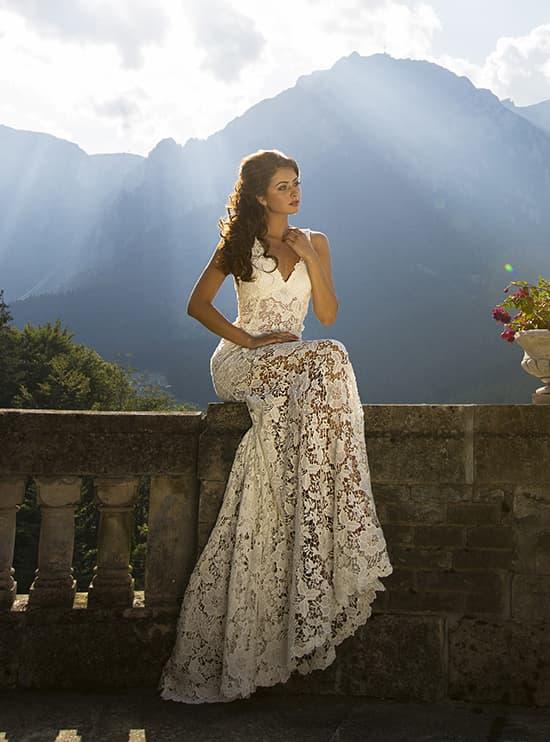 Прямое свадебное платье с V-образным вырезом лифа и ажурной отделкой по всей длине.