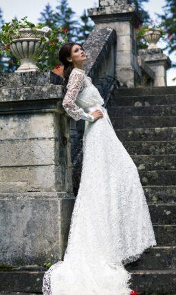 Прямое свадебное платье с высоким воротником, длинными рукавами и роскошным шлейфом.