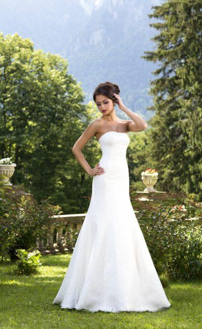 Стильное свадебное платье облегающего силуэта «рыбка» с лаконичным лифом в форме сердца.