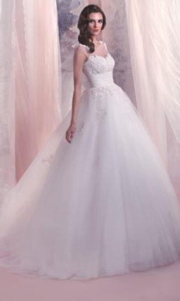 Пышное свадебное платье с широким поясом и кружевным декором закрытого верха.