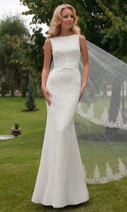 Прямое свадебное платье, декорированное кружевом и вырезом на спинке.