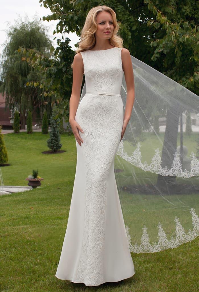 a8fcda4afeb737 Прямое свадебное платье, декорированное кружевом и вырезом на спинке.