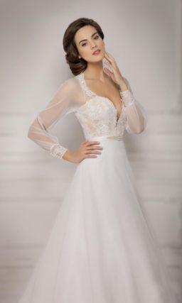 Свадебное платье «принцесса» с сногсшибательным глубоким декольте и длинными рукавами.