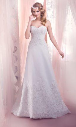 Романтичное свадебное платье прямого силуэта с кружевным декором на корсете и юбке.