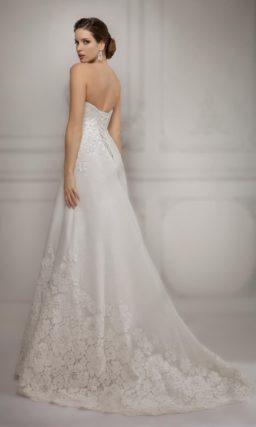 Романтичное свадебное платье прямого силуэта, декорированное кружевом с крупным рисунком.