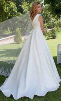Атласное свадебное платье силуэта «принцесса» с закрытым лифом и широким воротником.