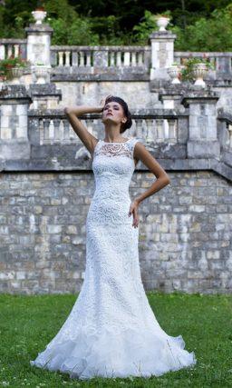 Оригинальное свадебное платье прямого силуэта с оборками по подолу и вышивкой на лифе.
