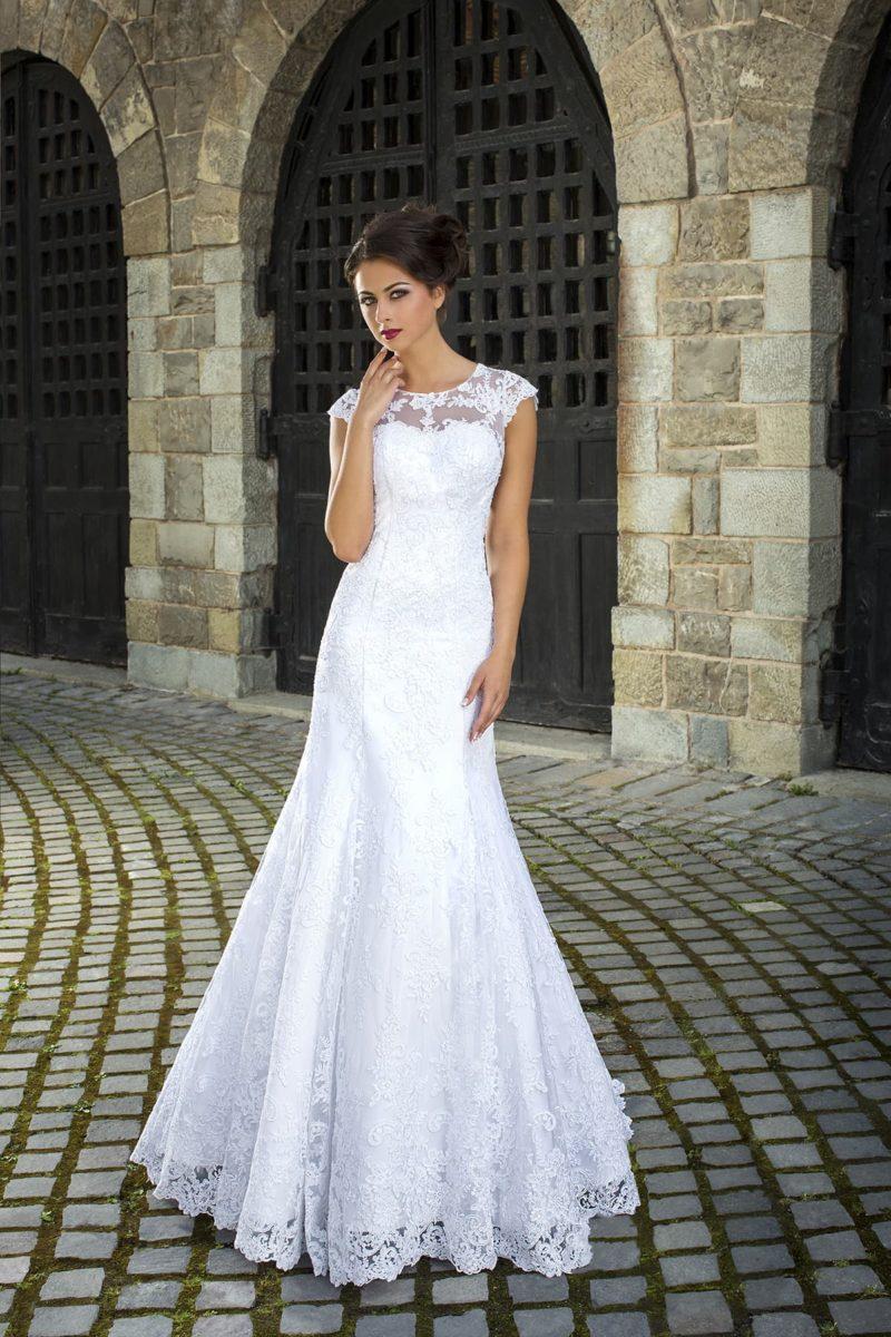 Кружевное свадебное платье силуэта «рыбка» с атласной подкладкой и вырезом под горло.