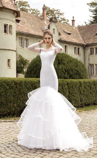 Свадебное платье силуэта «рыбка» с многоярусной юбкой со шлейфом.
