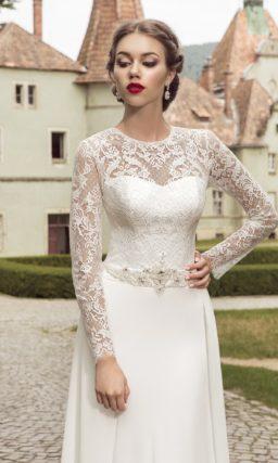 Прямое свадебное платье с элегантным закрытым верхом с длинным рукавом.