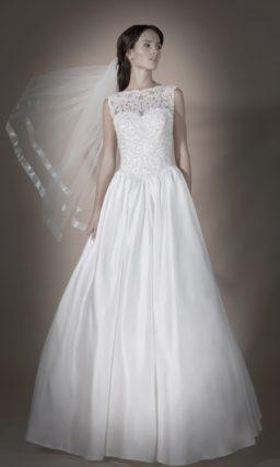 Свадебное платье силуэта «принцесса» с атласной юбкой и полупрозрачным ажурным верхом.