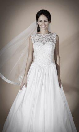 Свадебное платье с атласной юбкой и полупрозрачным ажурным верхом.