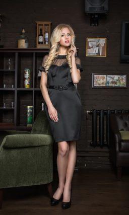 Атласное вечернее платье длиной до колена с полупрозрачными рукавами прямого кроя и поясом.