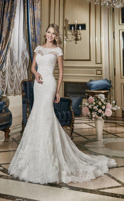 Свадебное платье «рыбка» с кружевным округлым декольте и вышивкой из блестящих пайеток.