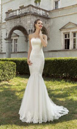 Открытое свадебное платье силуэта «рыбка» с кружевной баской и шлейфом.