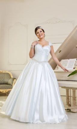 Атласное свадебное платье силуэта «принцесса» с соблазнительным лифом и вышивкой на талии.
