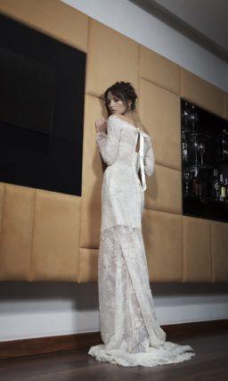 Прямое свадебное платье с полупрозрачной от середины бедра юбкой и длинными рукавами.