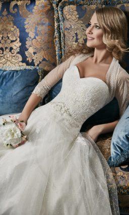 Свадебное платье «принцесса» с кружевной отделкой юбки и полупрозрачным болеро.