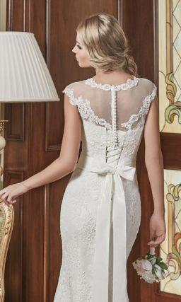 Свадебное платье силуэта «рыбка» с полупрозрачным съемным верхом, украшенным кружевом.