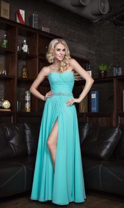Прямое вечернее платье с разрезом на юбке и элегантным открытым лифом.