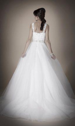 Свадебное платье силуэта «принцесса» с закрытым ажурным вырезом и бисерным поясом.