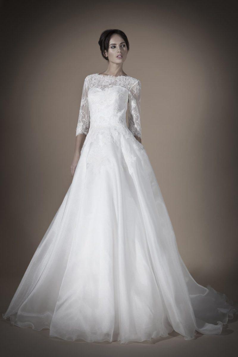 Элегантное свадебное платье «принцесса» с кружевными рукавами длиной в три четверти.