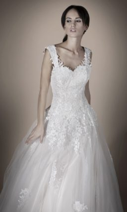Свадебное платье «принцесса» с широкими бретелями и кружевной юбкой со шлейфом.