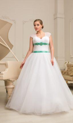 Пышное свадебное платье с полупрозрачными бретелями и цветной отделкой корсета.