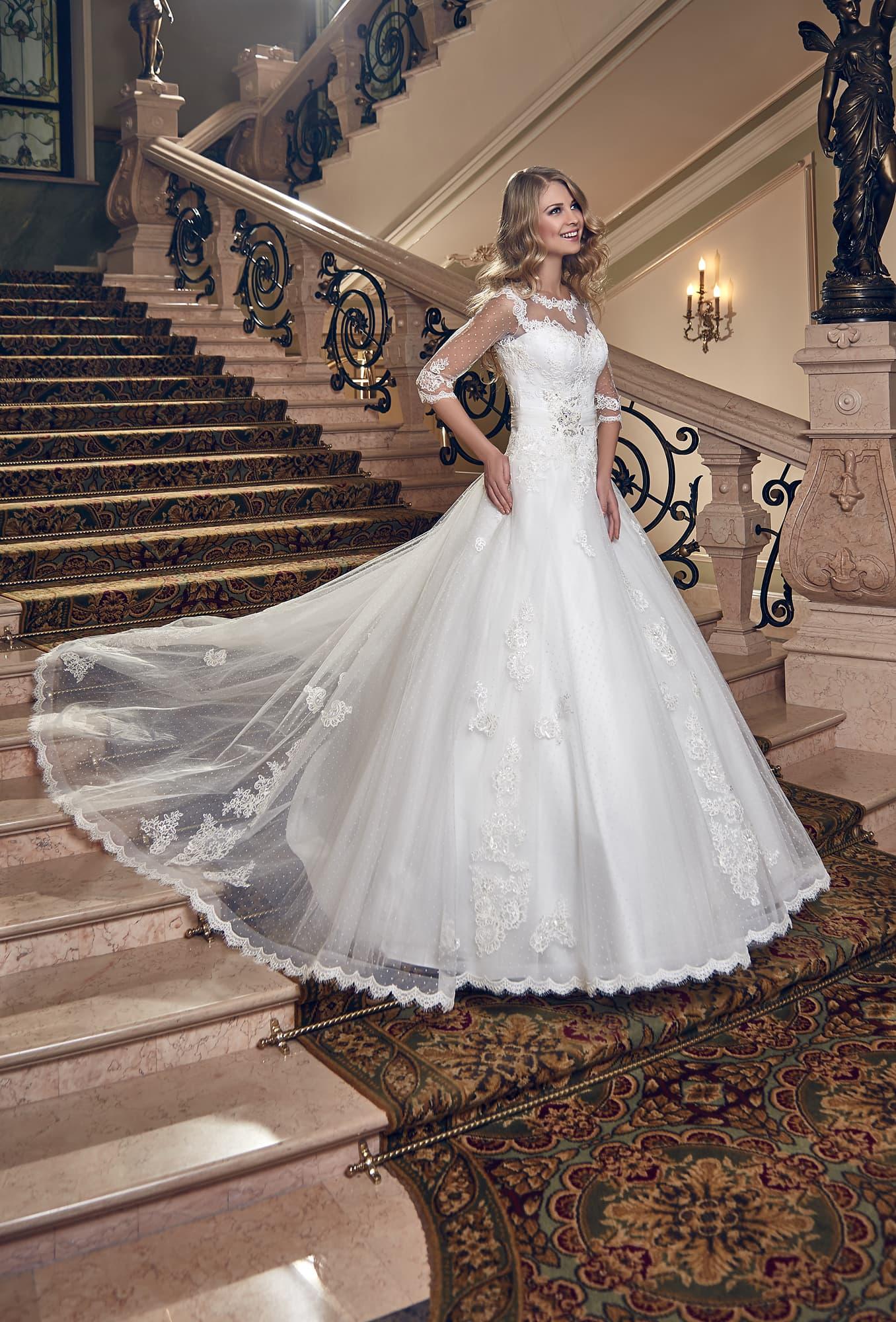 6fd07dc2bb7 Пышное свадебное платье с кружевным декором верха и длинным полупрозрачным  шлейфом.