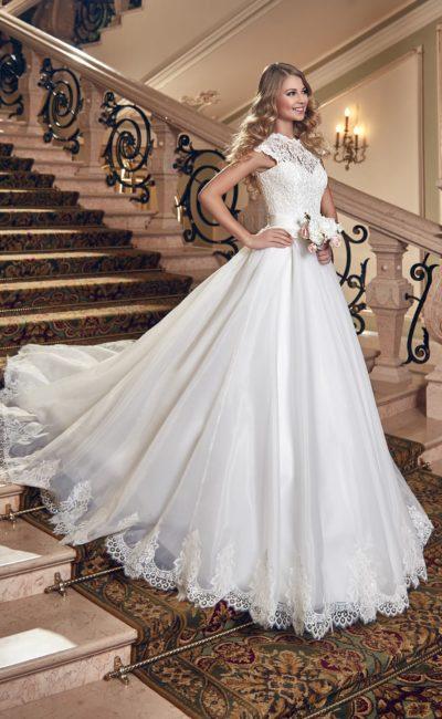 Свадебное платье с глянцевой юбкой А-силуэта и кружевным оформлением корсета.