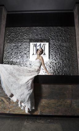 Свадебное платье силуэта «принцесса» из фактурной кружевной ткани с блестящим поясом.